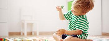 Petit enfant qui joue avec des blocs en bois