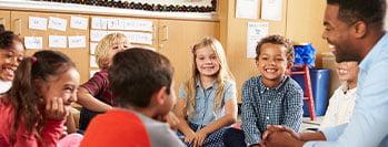 Éducateur présent avec un groupe d'enfants