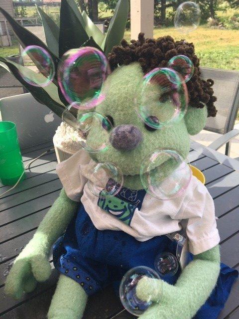 Kiwi, la mascotte de Premiers mots, fait des bulles