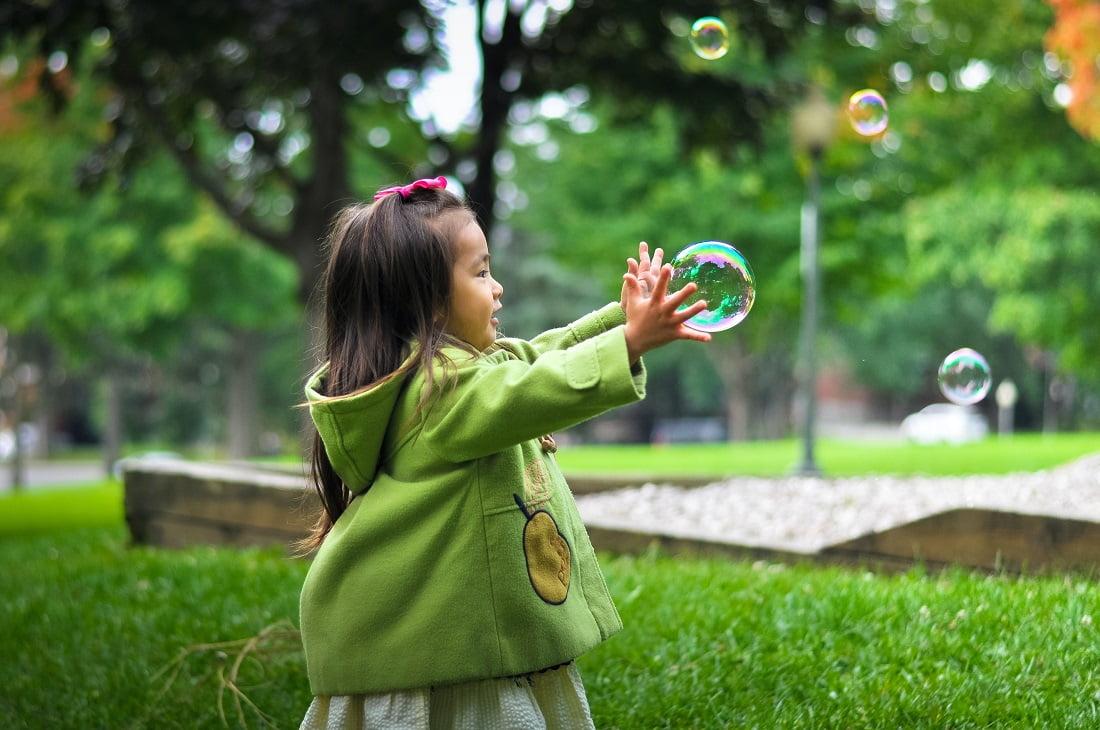 L'enfant joue avec des bulles de savon